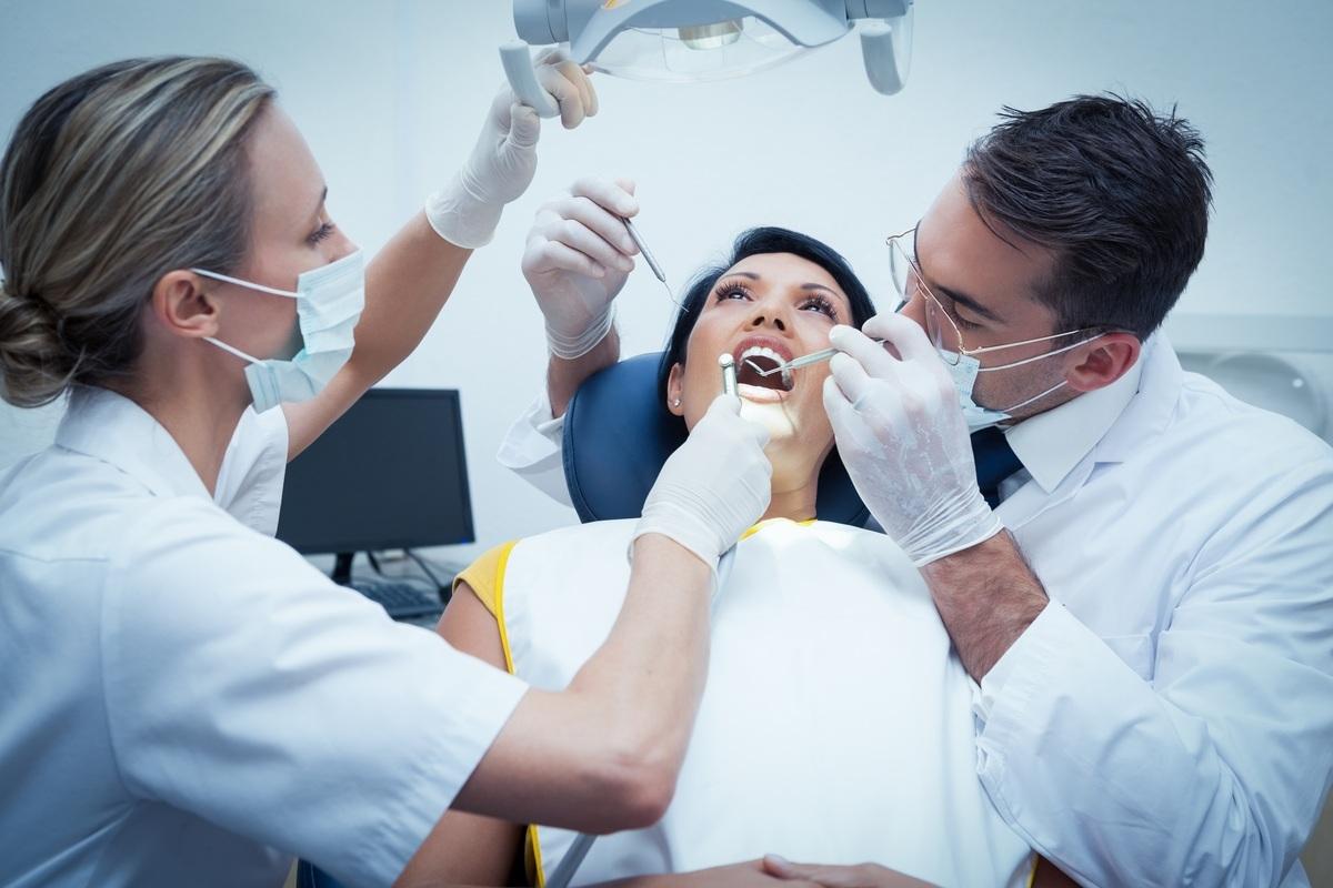 image De fio dental escovando os dentes