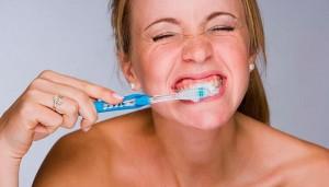 escovar-os-dentes-com-forc3a7a